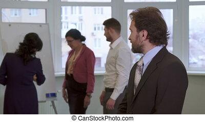 milieu, poses, vieilli, bureau, homme affaires