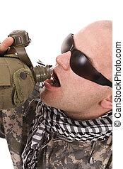 militär, drickande