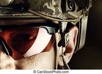 militær, mand, ind, hjælm, og, glas