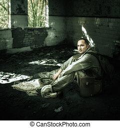militair, man, in ruïnes, van, gebouwen