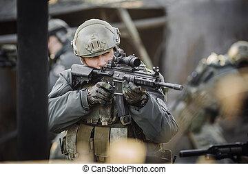 militair, soldaat, schietende , een, aanvalsgeweer