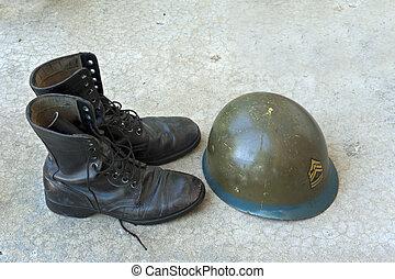 militar, botas, y, casco