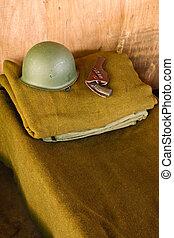 militar, cama, con, casco, y, pistola