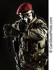 militar, homem, em, italiano, camuflagem, apontar, de, arma