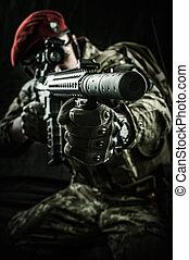 militar, homem, em, italiano, camuflagem, apontar, de, automático, rifle