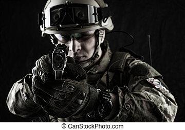 militar, homem, em, italiano, camuflagem, apontar, de, handgun