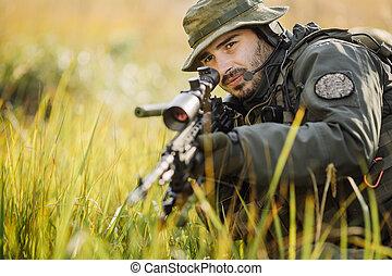 militar, soldado, apontar, um, rifle crime tentado