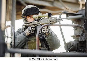 militar, soldado, disparando, un, francotirador, rifle