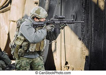 militar, soldado, disparando, un, rifle de asalto
