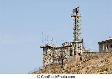 militar, torre, con, radar, y, antenas