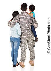militar, vista, familia joven, espalda