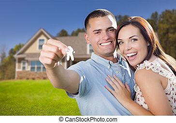 militare, coppia, con, chiavi casa, davanti, casa nuova