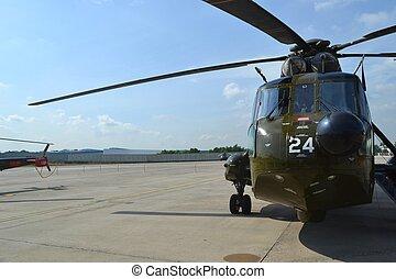 military helikopter, a földön