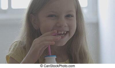 milk., boissons, peu, bouteille, enfant, par, intérieur, boire, tubule, lait, rose, petit, girl