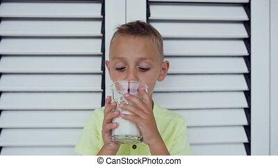 milk., garçon, peu, droit, sain, door., sur, eating., verre, boire, manière, life., portrait, blanc, lait, gosse