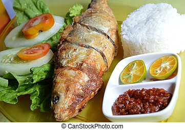 milkfish fry in the present white rice and fresh vegetables