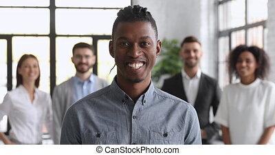 millennial, homme affaires, appareil photo, africaine, bureau, sourire, regarder, confiant