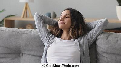 millennial, kobieta, szczęśliwy, cichy, wygodny, couch., odprężając