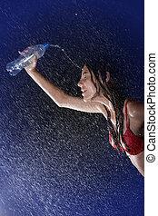 mince, adolescent, verser, depuis, bouteille, dans, eau, studio