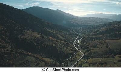 mince, ruisseau, collines, entre, route montagne, entrelace