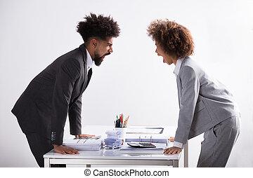 mindegyik, kiabálás, más, két, businesspeople