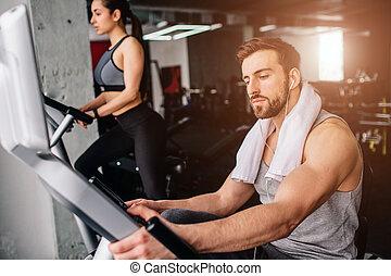 mindkét, azokat, övé, súlyos, concentrated., girfriend, le., wokring, feláll, ugyanaz, dolog, bicikli, becsuk, támogat, pasas, gyakorlás
