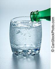 mineraal water, gieten, in, glas