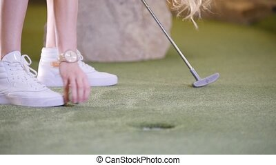 mini, accès, balle, golf, cible, golf., frapper, personne, espadrilles, blanc, jouer