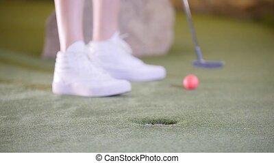 mini, balle, golf, golf., frapper, personne, mademoiselles, espadrilles, blanc, jouer