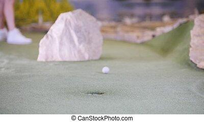 mini, femme, golf, golf., jeune, frapper, mademoiselles, balle, jouer