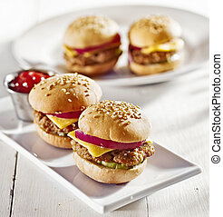 mini hamburguesas, queso, cebolla, pickle.