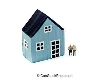 miniatur, people:, paar, von, oldmans, stehende , mit, haus, geld, einsparung, growth., pensionierung, notfall, plan, und, finanziell, concept.
