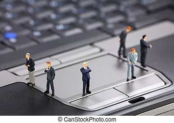 miniatura, hombres de negocios, en, un, computador portatil