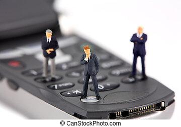 miniatura, hombres de negocios, en, un, teléfono celular