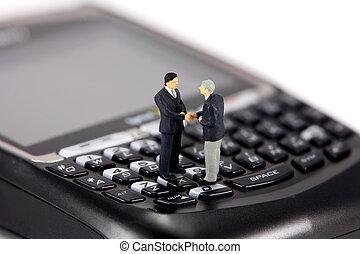 miniatura, hombres de negocios, sacudarir las manos, en, un, teléfono celular