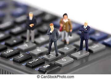 miniatura, hombres de negocios, y, empresarias, en, un, calculadora