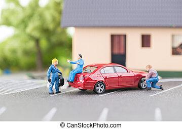 Miniature mechanic changing tyre