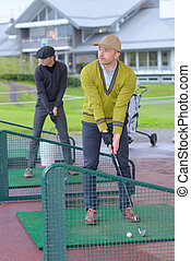 minigolf player searchs for the best start position