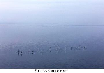 minimalism., vista marina, redes, pescadores, con, el, línea horizonte, disappears, en, el, bajo, fog., imagen, exposiciones, un, agradable, grano, patrón, en, 100 por ciento