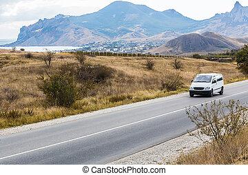minivan, gleichfalls, bewegen, a, ländlicher weg, in, a, bergig, bereich