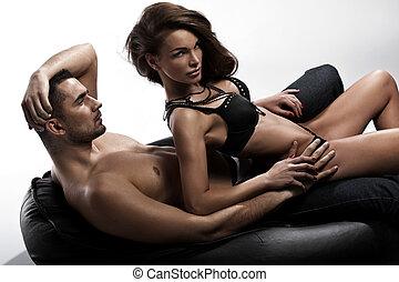 mirada seria, de, un, atractivo, dama, sentado, al lado de, ella, marido