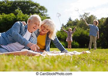 mirar, abuelos, revista, hacia abajo, feliz