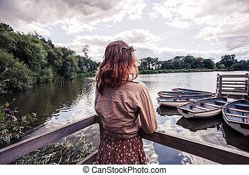 mirar, barcos, mujer, joven, lago