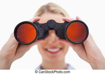mirar, binoculares, por, mujer