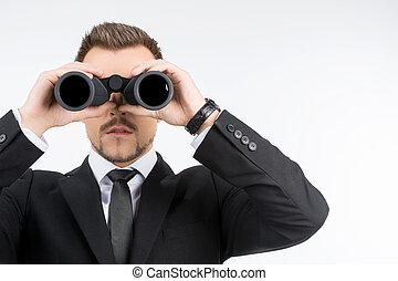 mirar, binoculars., joven, aislado, binoculares, mientras, por, hombres de negocios, blanco