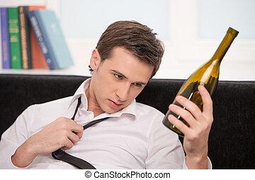 Mirar, botella, hombre