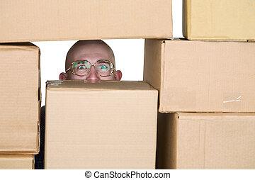 mirar, cajas, por, pila, cartón, hombre