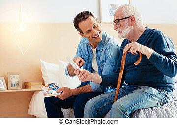 mirar, fotos, viejo, sorprendido, abuelito