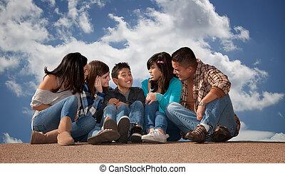 mirar, hispano, familia joven, hijo