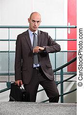 mirar, hombre de negocios, enojado, tiempo